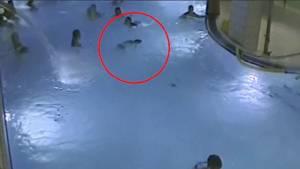 คลิปช็อก! เด็ก 5 ขวบจมน้ำร่างลอยกลางสระสาธารณะฟินแลนด์ คนอยู่เพียบแต่ไม่มีใครสนใจ (ชมคลิป)