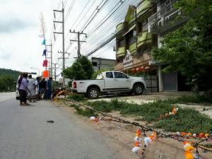 ไม่น่าเชื่อ! ชาวบ้านร่วมงานบวชช่วยยกฉัตรไม้ไผ่ พาดถูกสายไฟฟ้าแรงสูงช็อตดับ 2 สาหัส 2