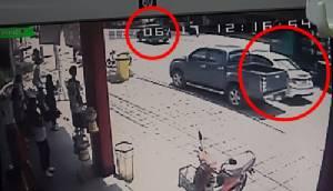 วงจรปิดจับภาพรถพ่วงบรรทุกซีเมนต์หลบเก๋งพลิกคว่ำ หวิดทับคนดับ