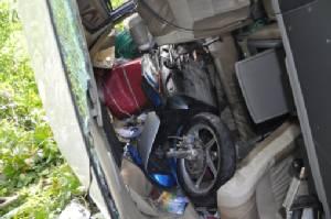 ระทึก! รถตู้ยางระเบิดคว่ำตกถนนชนต้นไม้ แรงงานพม่าเจ็บยกคัน