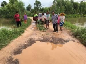 ฝนตกหนักทำน้ำทะลักกัดเซาะถนนเชื่อมเข้าอำเภอสำโรงพัง นาข้าวจมน้ำกว่าพันไร่