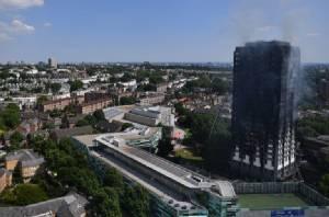ดับเพลิงลอนดอนคาดต้องอีก 24ชม. ไฟไหม้อาคารแฟลต24ชั้นจึงจะสงบ  ตายแล้วอย่างน้อย 6 เจ็บกว่า 70