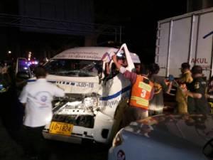 รถพ่วงชนท้ายรถบัส พังยับ 6 คันรวด บาดเจ็บ 5 คน
