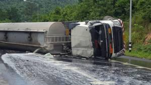 """ระทึก! รถบรรทุกน้ำมันพลิกคว่ำ ดีเซลกว่า 4 หมื่นลิตรรั่วทะลักนอง """"ถนน 304"""" โคราช (ชมคลิป)"""
