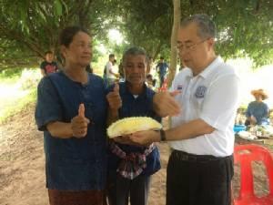 พ่อเมืองช้างเปิดซิงชิมทุเรียนลูกแรกของ อ.กาบเชิง- ลูกแรกขายได้ 2,200 บาท