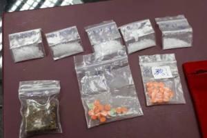 สภ.เมืองภูเก็ต รวบ 2 หนุ่มพกยาเสพติดขับฝ่าด่านตรวจ ขณะที่อีกรายจับข้อหาพกปืน