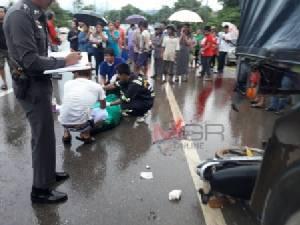 สลด..เด็ก ม.1 บึ่ง จยย.ฝ่าฝนเข้าเมืองแม่สอด ชนท้ายรถพ่วงดับคาที่ 1 สาหัสอีก 1