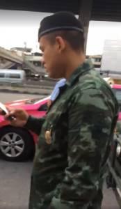 """ขอเคลียร์! ทหารแจง """"แกร๊บแท็กซี่"""" จอดในที่ห้ามจอด คนถ่ายคลิปฟังผิดจาก """"5 คัน"""" เป็น """"5 พัน"""""""