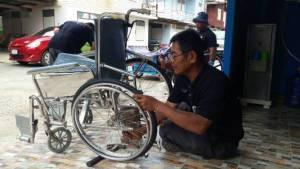 น่ายกย่อง..ชายพิการจับมือสัตวแพทย์ เปิดซ่อมวีลแชร์ให้ผู้พิการฟรี