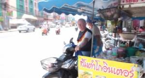 น่ารัก! เฒ่าเมืองเบียร์ช่วยเมียไทยขี่พ่วงข้างขายส้มตำโกอินเตอร์