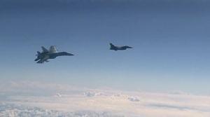หลักฐานชัด! แพร่วิดีโอประจานเอฟ-16 นาโต บินป่วนเครื่องบิน รมต.กลาโหมรัสเซีย แต่เจอซู-27 ขวางต้องเผ่นหนี (ชมคลิป)