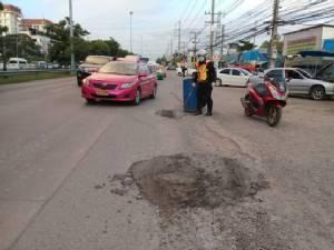 ชาวบ้านชื่นชมตำรวจซ่อมถนนคลี่คลายปัญหารถติด