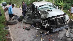 รถกระบะซิ่งขึ้นเนินหลุดโค้งพุ่งชนประสานงาสิบล้อพังยับ เจ็บ 2 ที่จันทบุรี