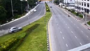 เฉียดตาย! วงจรปิดเผยภาพวินาทีรถเก๋งหลุดโค้งคูเมืองเชียงใหม่ พุ่งข้ามเกาะกลางชนยับสำนักงานประกัน