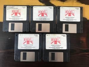 """เกมเมอร์ แห่ประมูลฟลอปปี้ดิสก์ """"Doom II"""" ลายเซ็นบิดา ราคาพุ่งเหยียบแสน"""