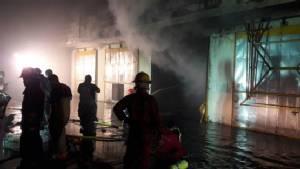 ไฟไหม้โรงงานไม้อัดเมืองปทุมฯ พนักงานกว่า 50 คน หนีวุ่น