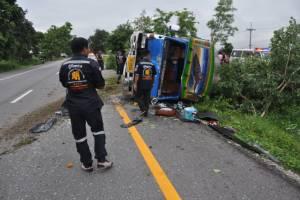 เทกระจาด รถรับจ้าง ตม.ไปแม่สอด คนขับวูบรถเสียหลักตกร่องถนน แรงงานต่างด้าวกระเด็นตกรถเจ็บ 11 ราย