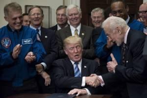 """ฮีโร่ """"อะพอลโล 11"""" ถึงกับทำหน้าไม่ถูกเมื่อ """"ทรัมป์"""" แถลงนอกบทอวกาศ (คลิป)"""
