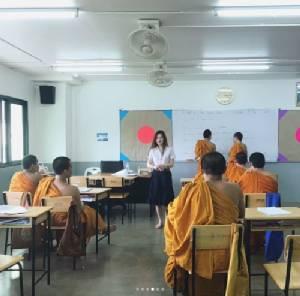 """น่าชื่นชม! """"ปันปัน"""" เป็นครูสอนภาษาอังกฤษให้สามเณร"""