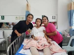 """""""ตูน บอดี้สแลม"""" เข้าเยี่ยมเด็กหญิงถูกสิบล้อทับขา ได้เครื่องมือแพทย์จาก """"โครงการก้าวคนละก้าว"""" ช่วยไว้ไม่ต้องตัดขา"""