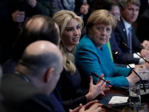 """ทรัมป์รุดป้อง """"อิวองกา"""" ชี้เหมาะสมแล้วลูกสาวร่วมโต๊ะประชุมกระทบไหล่ผู้นำโลกจี 20"""