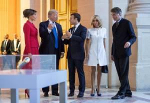 """In Pics & Clips : """"ทรัมป์"""" ชมโฉมเมียผู้นำฝรั่งเศส อายุ 64 แต่ """"หุ่นยังเซียะ"""""""