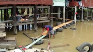 แม่น้ำน้อย เริ่มล้นตลิ่งเข้าบ้านเรือนประชาชนที่อาศัยอยู่ริมน้ำแล้ว