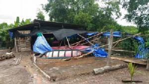 พายุงวงช้างพัดถล่มบ้านเรือน,โรงเรียนที่ต.หาดเล็ก ได้รับความเสียหาย