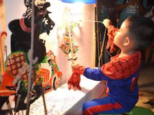 สุดยอด! หนูน้อยวัย 4 ขวบโชว์ขับหนังตะลุงอย่างคล่องแคล่ว กลางตลาดชื่อดังเมืองตรัง (ชมคลิป)
