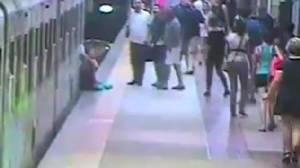 คลิปหวาดเสียว! ผู้โดยสารอาการสาหัสนอนไอซียู โดนรถไฟฟ้าหนีบลากไปตามชานชาลากรุงโรม