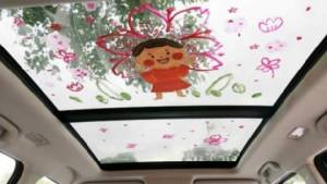 แม่ชาวจีน วาดภาพบนหลังคากระจกรถ แก้ปัญหาลูกไม่ยอมไปโรงเรียน
