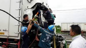 รถหกล้อหลับในเสยท้ายรถพ่วงบาดเจ็บสาหัส บนกาญจนาภิเษกคลองหลวง