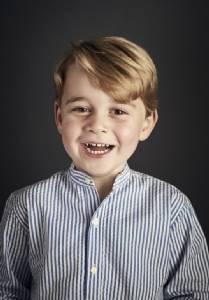 """In Pics : น่ารัก! พระฉายาลักษณ์ """"เจ้าชายจอร์จ"""" ทรงยิ้มละไมในวัย 4 ชันษา"""