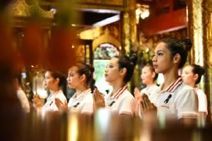 สวยแบบไทยๆ 40 สาวมิสยูนิเวิร์สไทยแลนด์ นุ่งซิ่น นั่งสมาธิ ร่วมประเพณียี่เป็ง