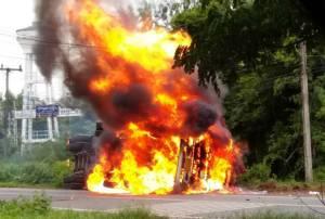 นาทีระทึก! รถพ่วง 22 ล้อพลิกคว่ำแก๊สระเบิดไฟลุกท่วม ชาวบ้านร้านค้าบุรีรัมย์แตกตื่น (ชมคลิป)