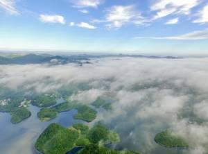 ชมภาพ ทะเลสาบไป่ฮวาในสายหมอก สวยงามดั่งเทพนิยาย