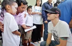 """ย้อนชมภาพประทับใจ """"เชสเตอร์"""" ลินคิน พาร์ก บินเดี่ยวมาไทยช่วยทาสีบ้าน เยี่ยมนักเรียน พร้อมมอบ 3 ล้านช่วยสึนามิ"""