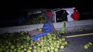 เทกระจาด ปิกอัพลงดอยแหกโค้งแม่เมาะ ส้มโอ 4 พันกิโลฯ ตกเกลื่อนถนน