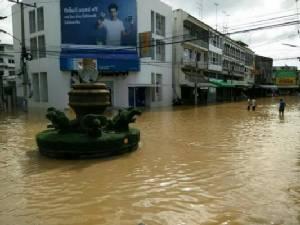 สกลนครอัมพาตทั้งเมือง อ่างเก็บน้ำพังน้ำล้นทะลัก ถนนสัญจรไม่ได้เพียบ