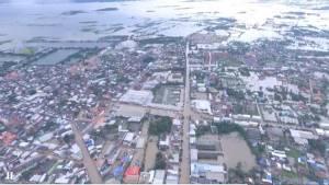 ยังวิกฤต! ชุมชนเมืองสกลฯ ยังจมน้ำสูง 1-2 ม. ประชาชนสมัครใจเฝ้าทรัพย์อยู่ในบ้านขอแค่อาหารและน้ำ