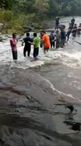 ระทึก! นักท่องเที่ยวเล่นน้ำตกถ้ำฝุ่น บึงกาฬ เจอน้ำป่าทะลักปิดทางออก(ชมคลิป)