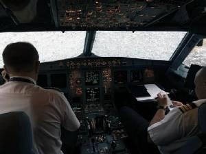 นาทีชีวิต!! พายุลูกเห็บเท่าลูกกอล์ฟซัดถล่มเครื่องบินกระจกหน้าร้าว-จมูกยุบ กัปตันต้องนำลงจอดทั้งที่มองไม่เห็น (ชมคลิป)