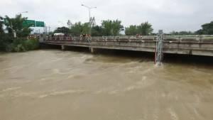 นาแกอ่วม ลำน้ำก่ำทะลักซัดคอสะพาน 100 เมตรทรุด สั่งปิดการจราจร (ชมคลิป)
