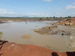 นายกฯ รุดตรวจการซ่อมแซมอ่างห้วยทรายขมิ้นแตก ลุยต่อดูน้ำท่วมลำน้ำก่ำที่นครพนม