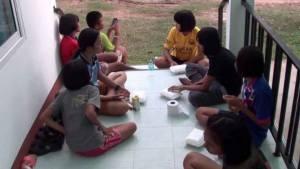 ยโสธรเปิดศูนย์พักพิงชั่วคราวให้นักเรียนค้างหลังน้ำท่วมหมู่บ้านหนัก
