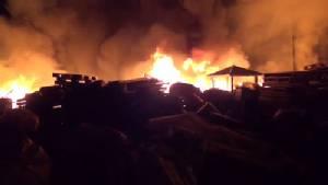 ไฟไหม้โรงงานรีไซเคิล ริมถนนเลียบมอเตอร์เวย์เมืองชลฯ เสียหายยับ