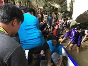 นักท่องเที่ยวแห่เที่ยววัดถ้ำเขาประทุน นั่งเรือลอดถ้ำ ในวันแม่แห่งชาติเนืองแน่น