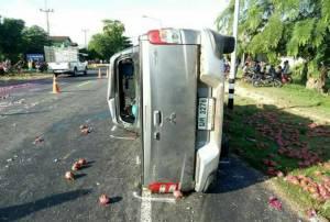 ยางระเบิด ปิกอัพขนแก้วมังกรพุ่งข้ามเลนชนรถพ่วง-เก๋งพังยับ ดับ 4 ศพ เจ็บ 3 บนถนนสุรินทร์-ท่าตูม