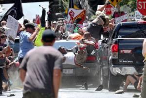 """ทำเนียบขาวโดดป้อง """"ทรัมป์"""" ประณามผู้ก่อเหตุรุนแรงทุกกลุ่ม หลังถูกด่าไม่กล้าแตะพวก """"ชาตินิยมผิวขาว"""" ในเหตุประท้วงที่เวอร์จิเนีย"""