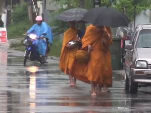 สงขลาเจอฝนตกต่อเนื่องกระทบพระสงฆ์ออกเดินรับบิณฑบาตในช่วงเช้า